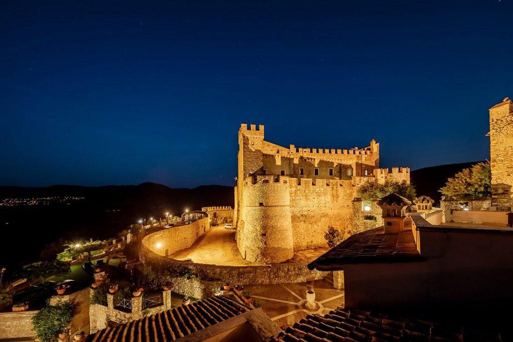 hotel particolari unusual hotels Castello-Orsini-Dormire-castello-Italia-Roma